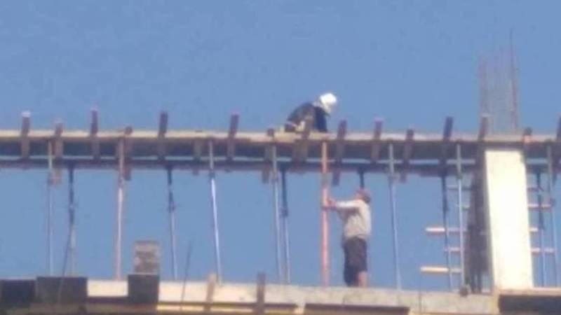 Монолитчики устанавливают опалубку на 11 этаже без страховки, - горожанин.