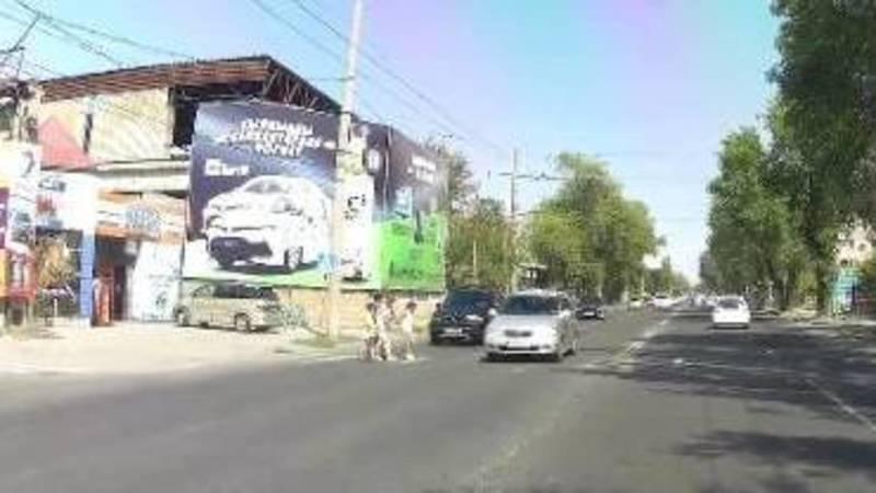 В Бишкеке машина с иссык-кульским госномером чуть не сбила на пешеходе женщину с детьми, - очевидец
