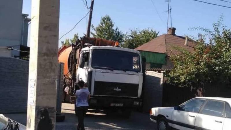 Почему машина «Тазалыка» вывозит мусор со двора частного дома? Фото горожанина
