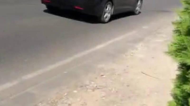 На Абая нет тротуара, обочина заставлена машинами. Видео горожанина