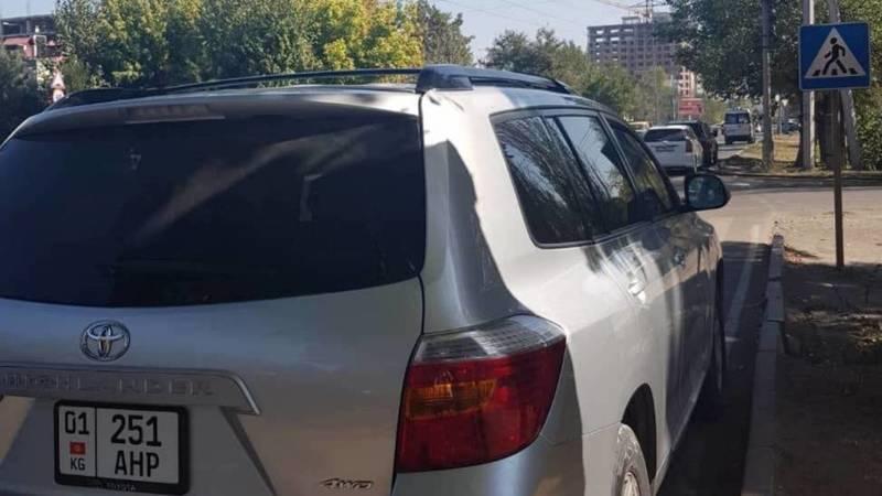 На Медерова-Тыныстанова Toyota Highlander припарковалась перед пешеходным переходом. Фото