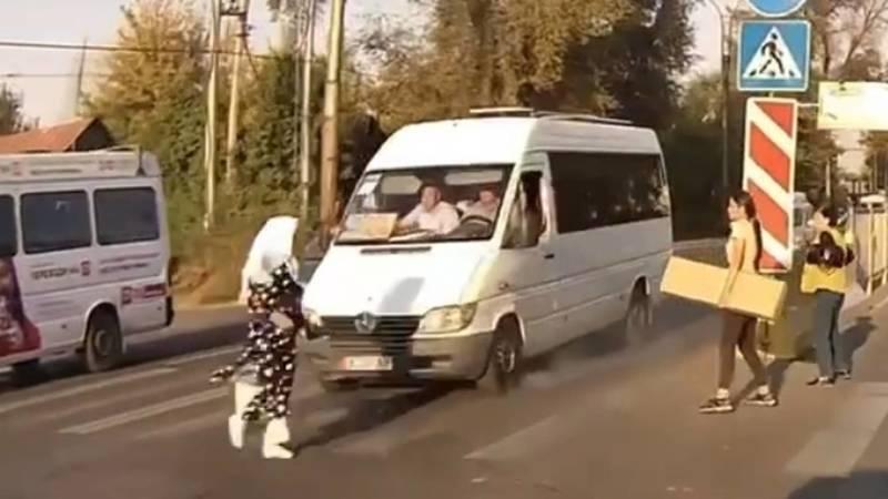 Девушку за пару секунд чуть трижды не сбили на зебре. Видео