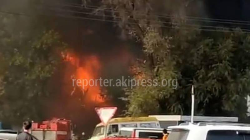 Крупный пожар возле Ошского рынка. Видео