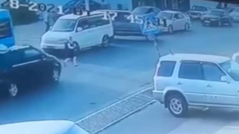 В Оше сбили школьницу. Момент наезда попал на видео