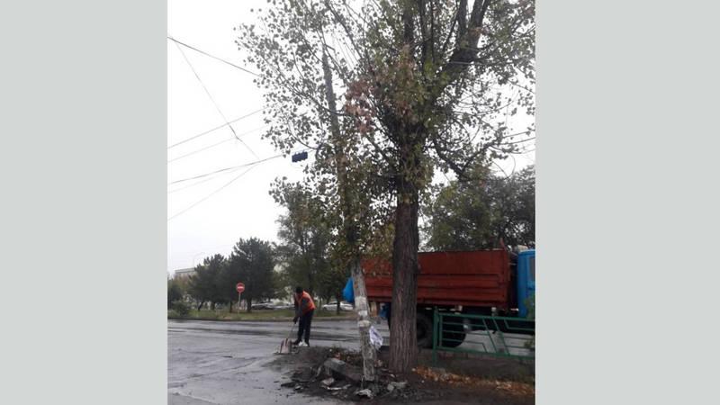 На улице 7 Апреля столб держится только на проводах
