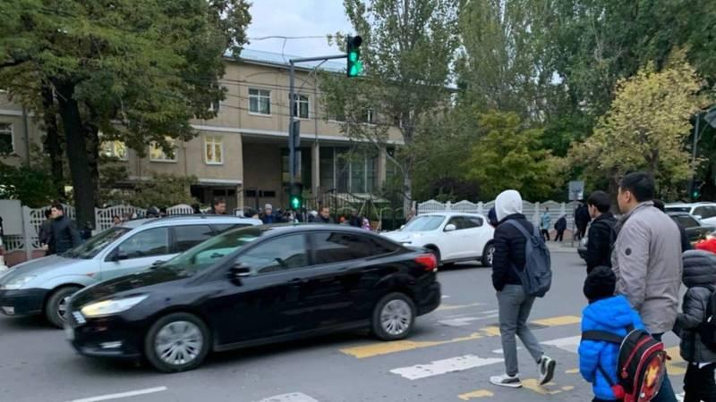 На Боконбаева возле школы №70 водители проезжают на красный. Фото горожанина