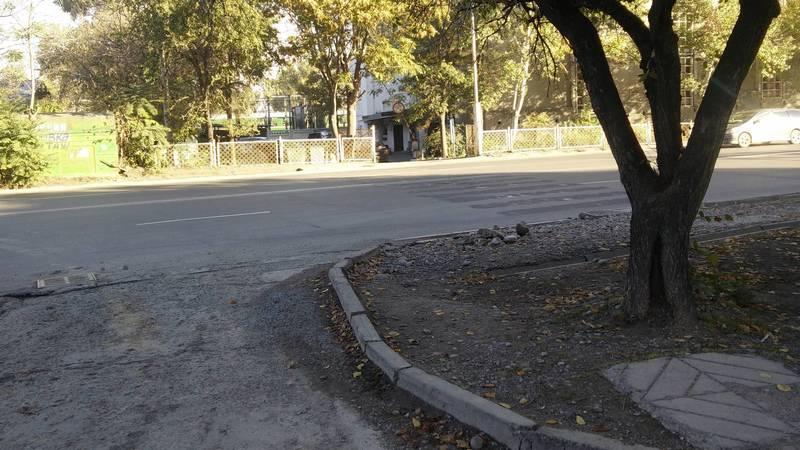 На Льва Толстого убрали «зебру» возле многоэтажного гаража. Фото