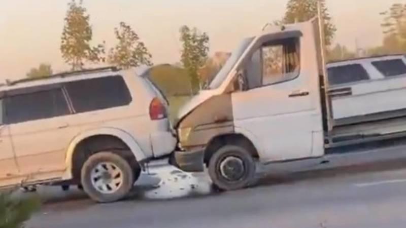 В Бишкеке паровозиком столкнулись 3 машины. Видео