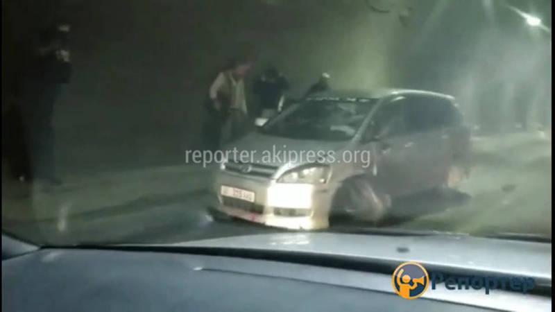 В тоннеле Төө-Ашуу не поделили дорогу «Хонда СR-V» и «Тойота Ипсум»