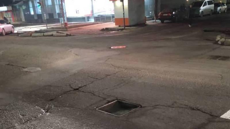 Машина влетела в открытый люк на Жибек Жолу-Суюмбаева (видео)