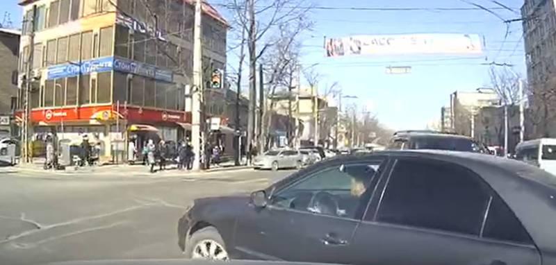 В центре столицы водитель «Тойоты» несколько раз нарушил ПДД, - читатель (видео)