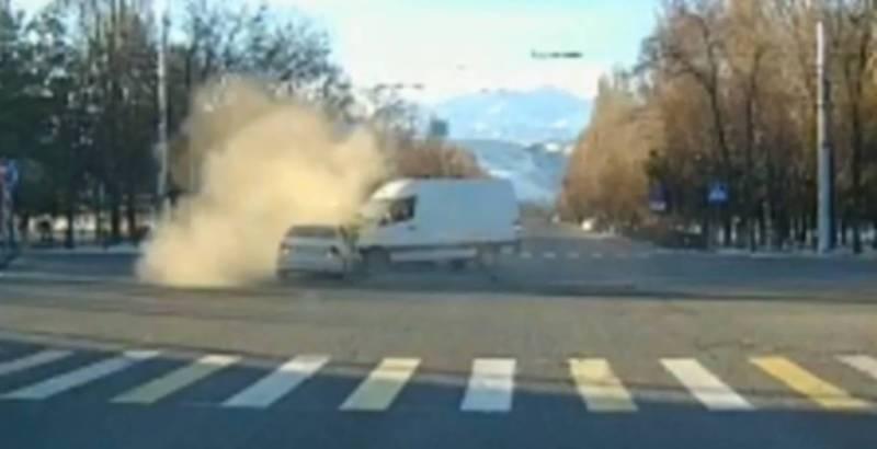 ДТП на Байтик Баатыра - Южная магистраль: легковушка врезалась в бусик (видео)