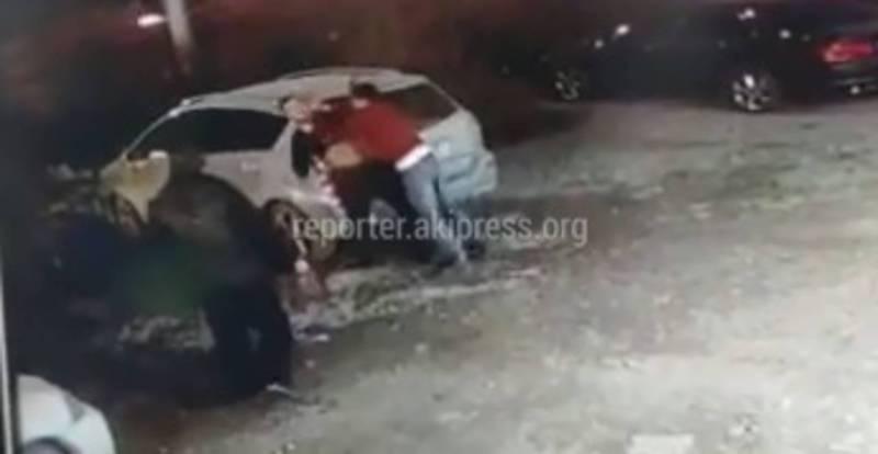 Видео – Неизвестные подрались возле шашлычной и помяли чужую машину