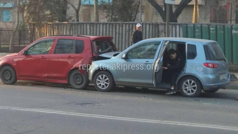 На Льва Толстого-Кривоносова на остановке столкнулись две машины «Мазда Демио» (фото)