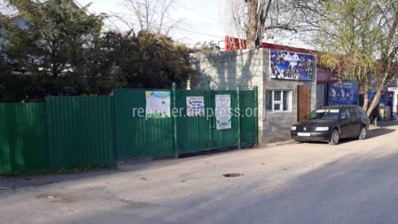 Законно ли огородили тротуар на Тоголок Молдо - Васильева?