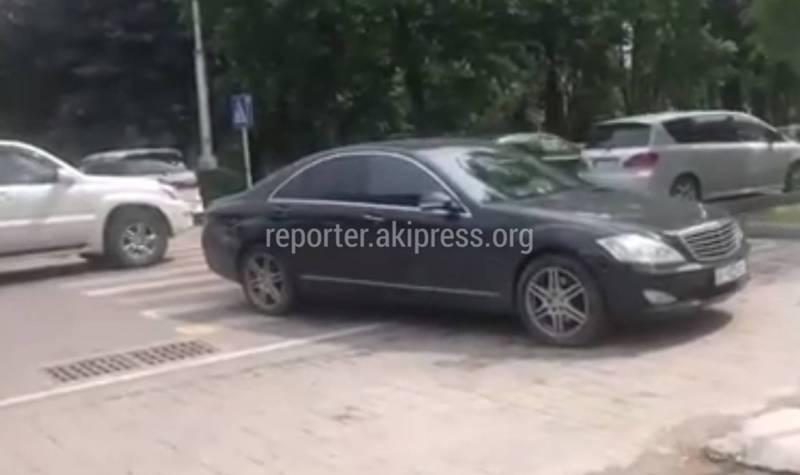 На Тыныстанова - Пушкина водитель «Мерседеса» припарковался на пешеходном переходе (видео)