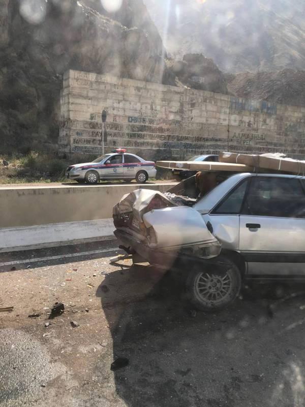 В Боомском ущелье бусик столкнулся с легковушкой (фото)