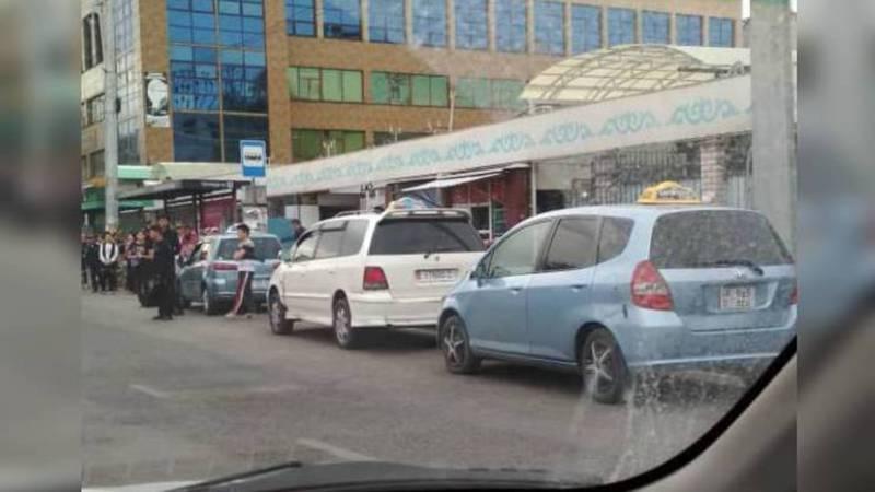 На Чуй - Бейшеналиевой таксисты паркуются на остановке для общественного транспорта (фото)