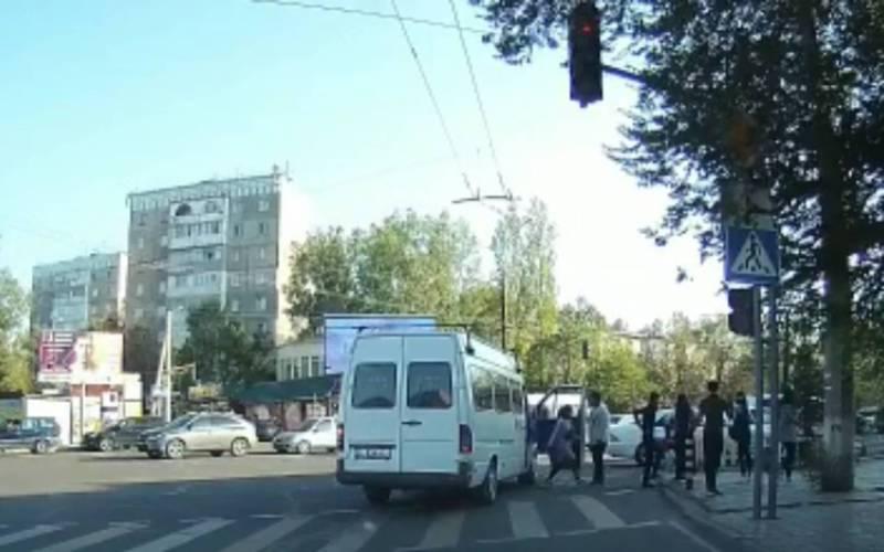 На Юнусалиева - Сухэ-Батора водитель маршрутки №193, проехав на красный свет, высадил пассажиров на «зебре» (видео)