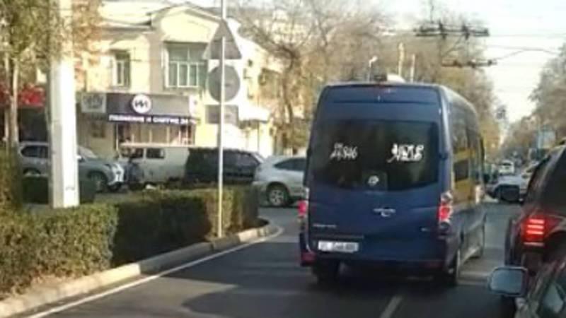 На Манаса-Московская «Спринтер» выехал на встречную полосу общественного транспорта (видео)