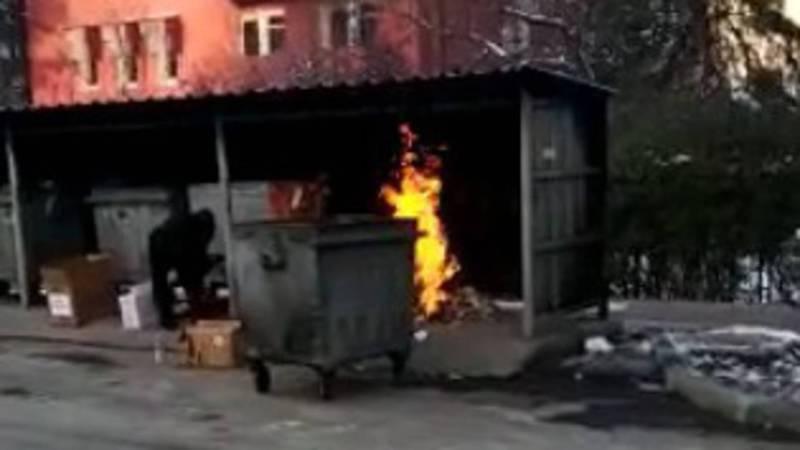На Тыныстанова-Чокморова сжигают мусор (видео)