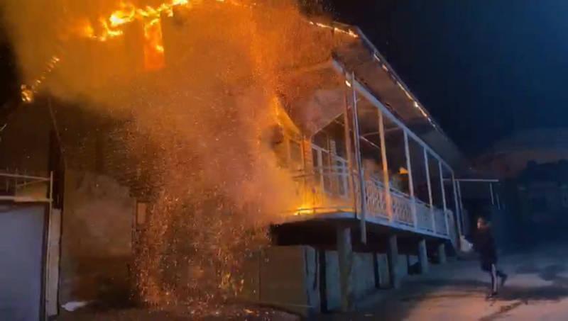 В Оше произошел пожар в пристройке возле мечети. Видео