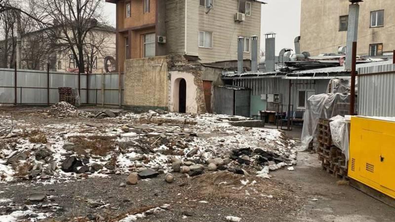 Коллектив КГТУ имени И.Раззакова спрашивает, законно ли снесли лабораторный корпус университета и начали строить другое здание?