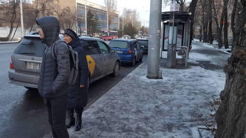 В Бишкеке напротив Госрегистра таксисты паркуются на остановке, а троллейбусы вынуждены останавливаться на проезжей части