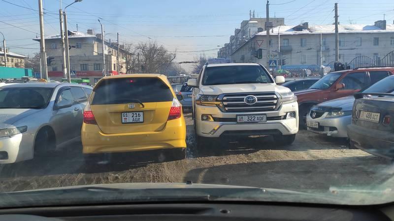 Возле Ошского рынка «Тойоту» припарковали на проезжей части дороги. Фото
