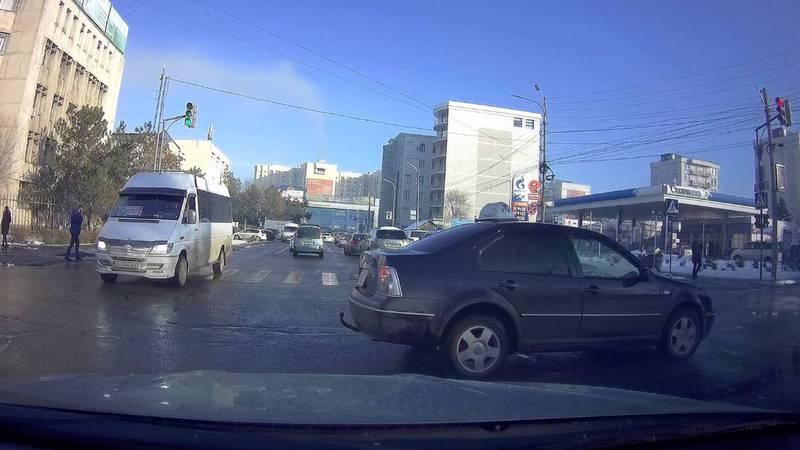 В Бишкеке водитель такси проехал на красный свет светофора. По Carcheck за ним числятся штрафы на более 10 тыс. сомов