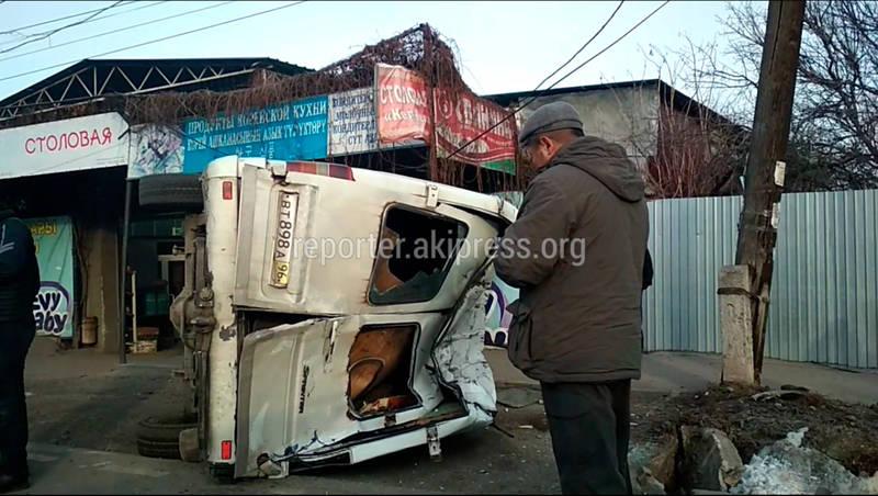 Микроавтобус перевернулся от столкновения с патрульной машиной. Видео с места ДТП