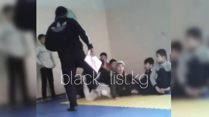 В Кара-Балте учитель физкультуры пинает маленьких школьников по лицу и по спине. Видео