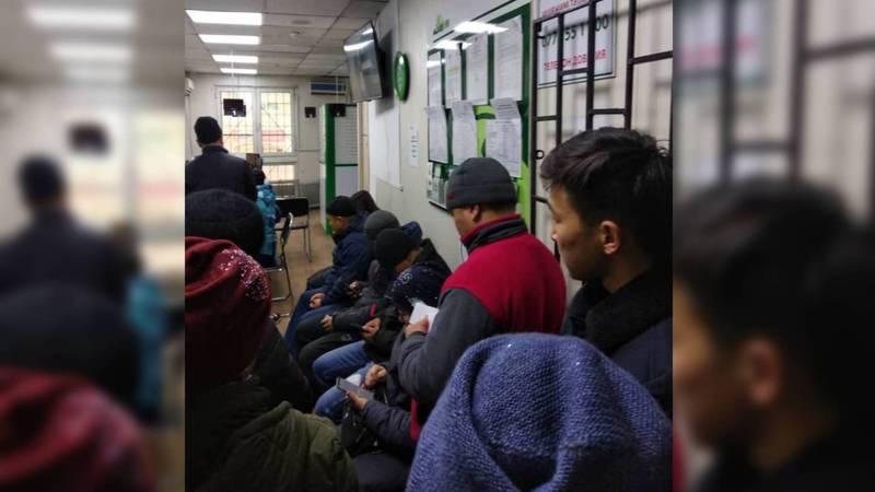 Бишкекчанин жалуется на очереди в банке на рынке «Дордой»