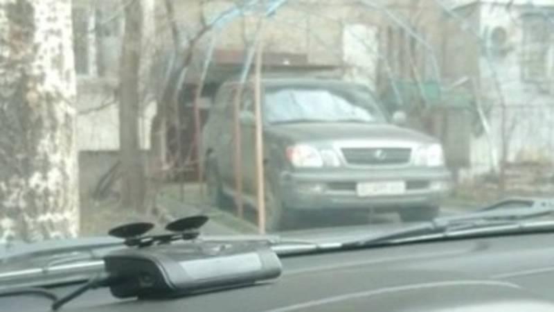 Водитель «Лексуса» припарковался у подъезда многоквартирного дома, перегородив входную зону. Видео