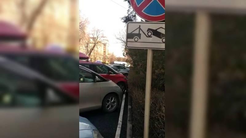 На ул.Московской возле поликлиники МВД водители паркуются под запрещающим знаком. Видео