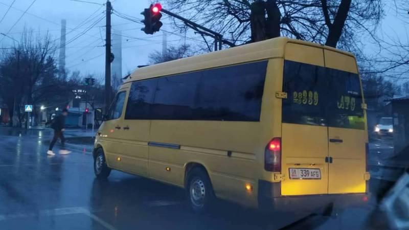 На Лермонтова-Кольбаева водитель «Спринтера» выехал за стоп-Линию. Фото