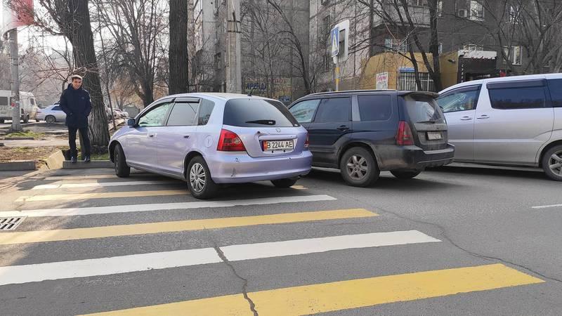 На Боконбаева-Усенбаев водитель «Хонды» припарковался на «зебре». Фото