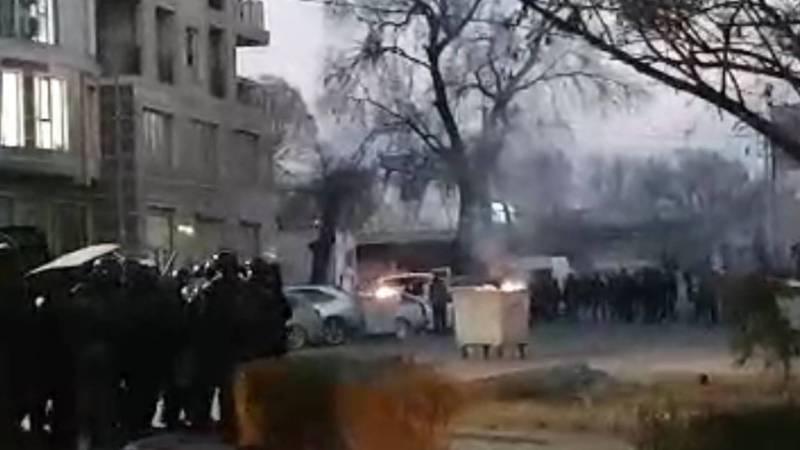 Митингующие подожгли баки и кидают камни в милицию. Видео