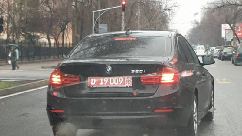На ул.Московской водитель «БМВ» с дипномерами выехал за стоп-линию. Фото