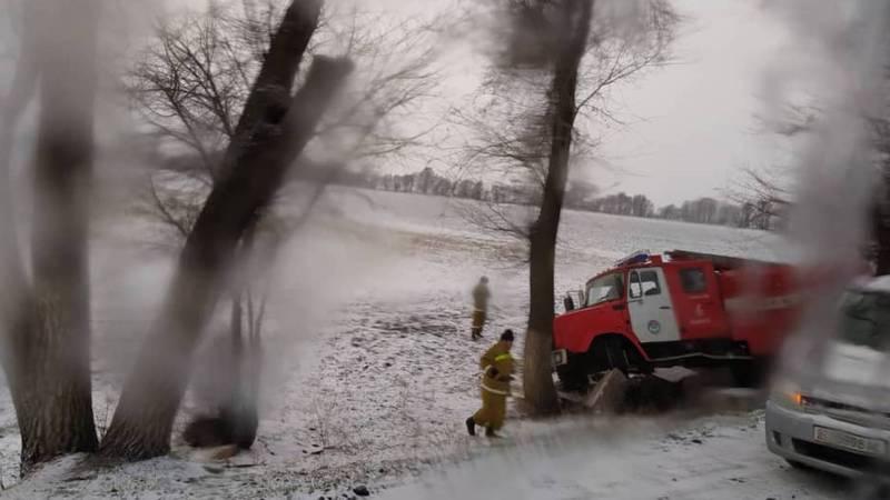 Утром в Военно-Антоновке спецмашина МЧС съехала с дороги и врезалась в дерево. Фото