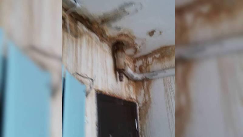 В 3 мкр в Токмоке в домах с потолка течет вода. Видео, фото
