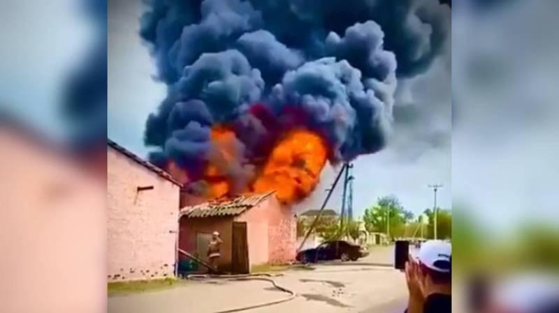 В Кара-Балте сгорел пункт продажи бензина. Видео