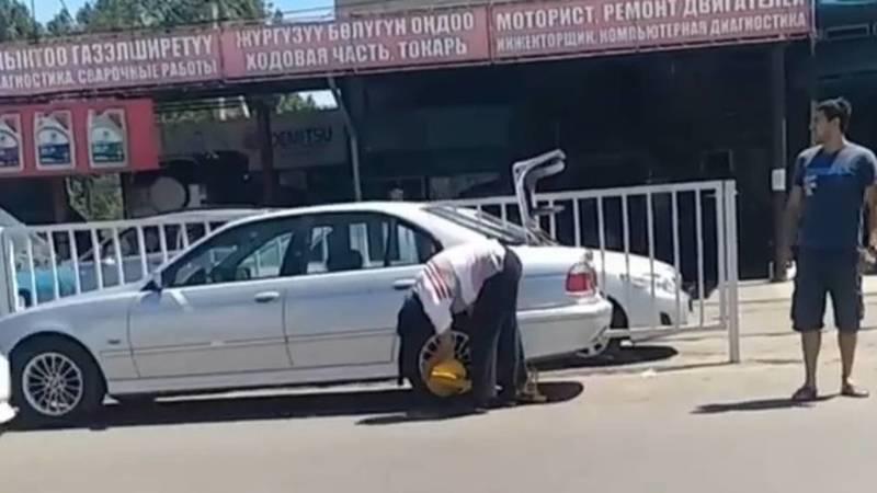 Водитель самовольно снял блокиратор, установленный патрульной милицией, - очевидец. Видео
