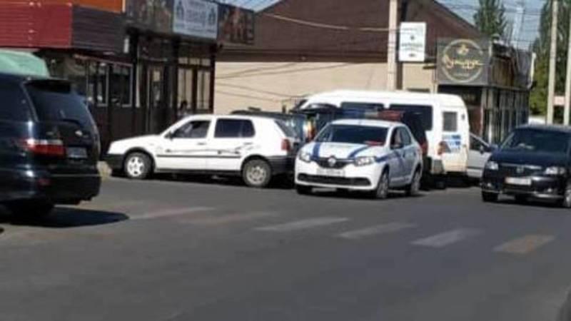 Патрульная машина припарковалась перед перекрестком и создала аварийную ситуацию. Фото очевидца