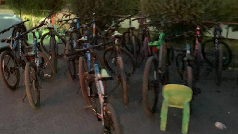 На Южной магистрали продолжает работать прокат велосипедов, несмотря на запрет мэрии. Фото