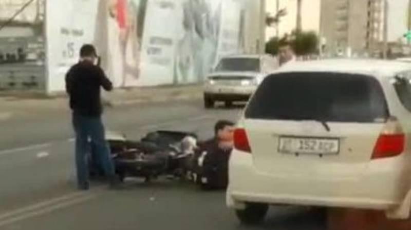 На ул.Ахунбаева столкнулись два мотоциклиста. Видео с места аварии