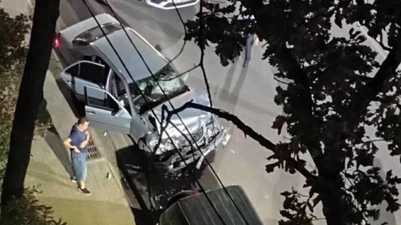 На ул.Токтоналиева «Мерседес» врезался в припаркованные авто