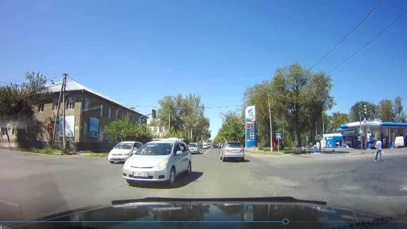 «Тойота» выехала на встречную полосу и создала аварийную ситуацию (видео)