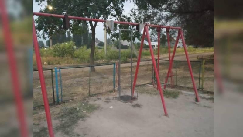 Горожанин жалуется на плачевное состояние детской площадки в Ак-Босого