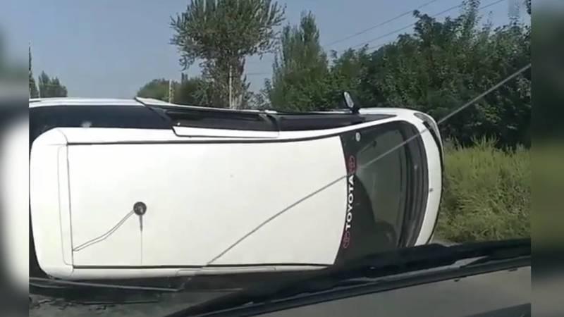 В Узгене в результате ДТП перевернулась Toyota Estima